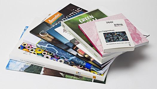Stapel Broschüren